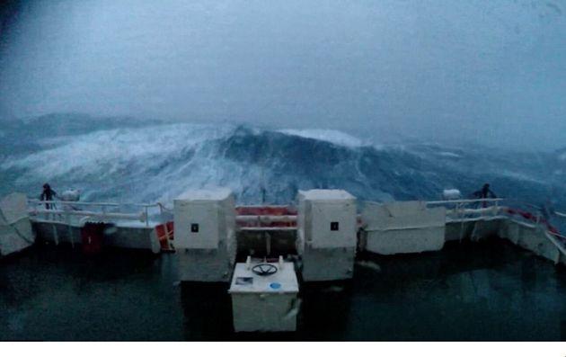 Κύματα 30μ «χτυπούν» αλύπητα πλοίο που έχει παγιδευτεί σε μια από τις χειρότερες καταιγίδες, στη Βόρεια