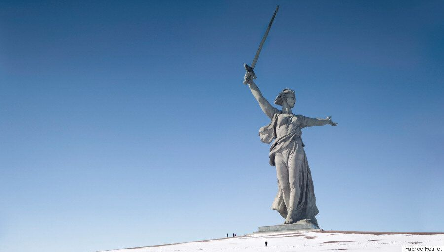 Tα μεγαλύτερα αγάλματα του κόσμου απαθανατίστηκαν στη σειρά Colosses του Fabrice