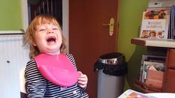 Πιτσιρίκα ξεκαρδίζεται με το αστείο του μπαμπά της και προκαλεί μεταδοτικά