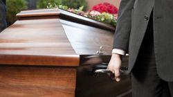 Απίστευτη γκάφα - Βίντεο πορνό έπαιξε σε κηδεία στην