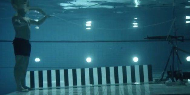 Πείραμα για λίγους: Το όπλο τον σημαδεύει μέσα σε μια πισίνα και αυτός τραβά τη