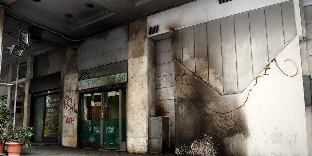Καταδικάζουν τα κόμματα τις επιθέσεις στα γραφεία του ΠΑΣΟΚ όπου κινδύνευσε ο βουλευτής Γιώργος