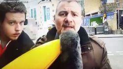 Επίθεση σε δημοσιογράφο με μία φουσκωτή μπανάνα. Ή μήπως