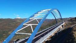 Πετώντας με drone πάνω από την τοξωτή γέφυρα της
