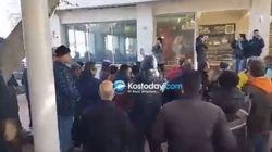 Διαμαρτυρία με συνθήματα κατοίκων της Κω εναντίον του βουλευτή του ΣΥΡΙΖΑ, Ηλία