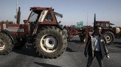 Παραμένουν στα μπλόκα οι αγρότες: Πολύωροι αποκλεισμοί και επ' αόριστον μπλοκάρισμα σε ορισμένα