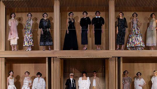 Το μέλλον σύμφωνα με τη Chanel και τον Karl Lagerfeld είναι οικολογικό και αβάσταχτα