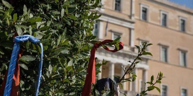 Μια διαφορετική διαμαρτυρία: Έδεσαν τις γραβάτες τους σε δέντρα έξω από τη