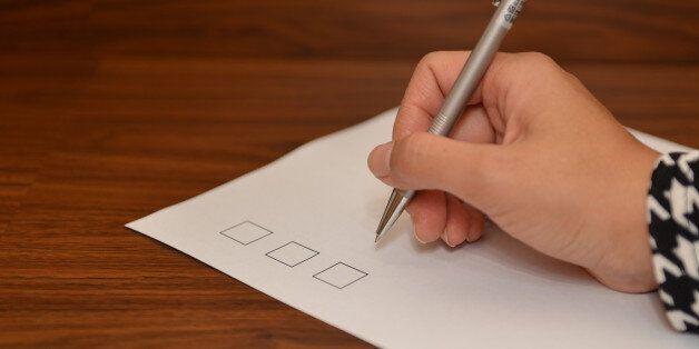 Δανειολήπτες: Πώς να αποφύγετε τις παγίδες στο ερωτηματολόγιο που στέλνει η