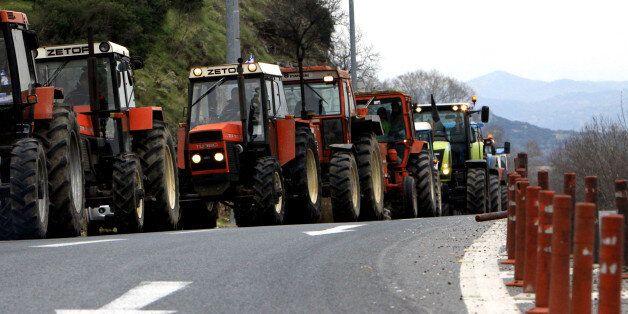 Στους δρόμους με τα τρακτέρ τους παραμένουν οι αγρότες. Κλιμακώνουν τις κινητοποιήσεις