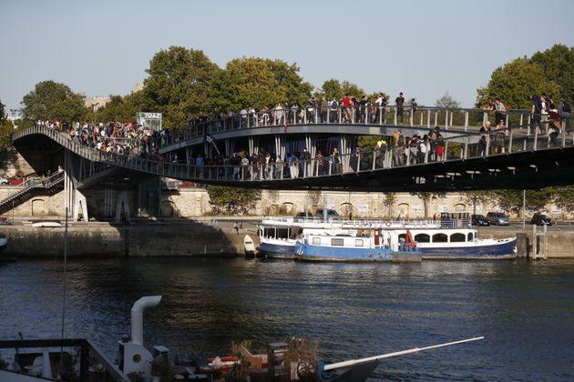À la Marche pour le climat de Paris, des militants bloquent un pont et une