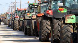 Σε θέση μάχης οι αγρότες προχωρούν σε ολιγόωρους αποκλεισμούς των εθνικών οδών. Απειλούν με
