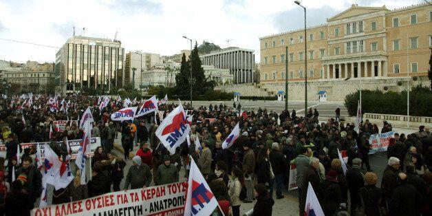 Μαζική συμμετοχή στο συλλαλητήριο του ΠΑΜΕ παρά το τσουχτερό