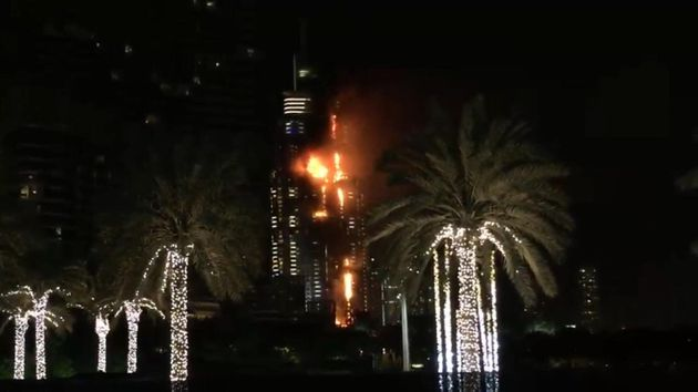 Πανικός στο φλεγόμενο ξενοδοχείο στο Ντουμπάι: Φωτογράφος κρεμάστηκε από τον 48ο όροφο για να