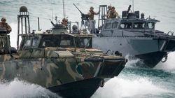 Ναύτες του αμερικανικού πολεμικού ναυτικού στα χέρια του