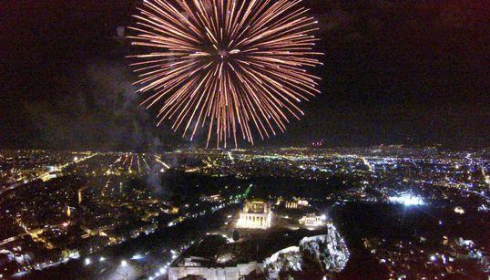 Με εντυπωσιακά πυροτεχνήματα πάνω από την Ακρόπολη και μουσική υποδέχθηκε η Αθήνα το
