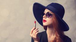Από το κόκκινο κραγιόν στο γραφείο μέχρι τη ρίζα στα μαλλιά: Αυτοί είναι οι κανόνες ομορφιάς που πρέπει να