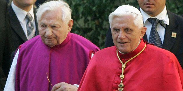 O τέως Πάπας Βενέδικτος και ο αδερφός του Georg Ratzinger, που ήταν υπεύθυνος της χορωδίας Regensburg...