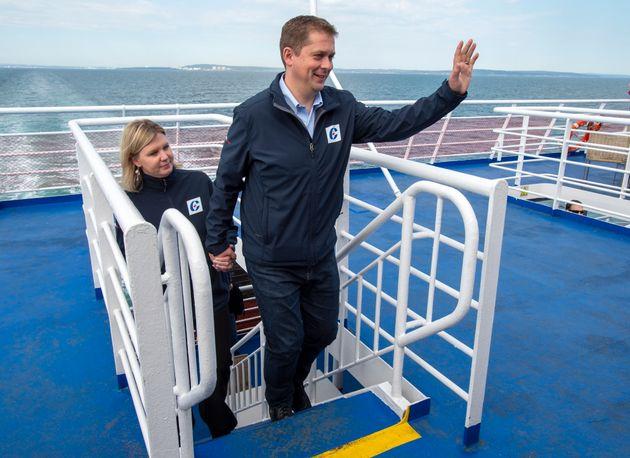 Le chef conservateur Andrew Scheer et son épouse, Jill, montent un escalier jusqu'au pont supérieur...