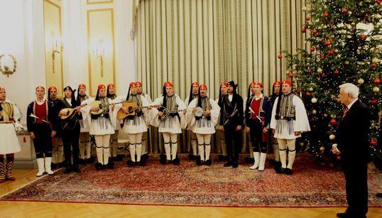 Η Προεδρική Φρουρά, σύλλογοι και χορωδίες έψαλλαν τα κάλαντα στον πρόεδρο της