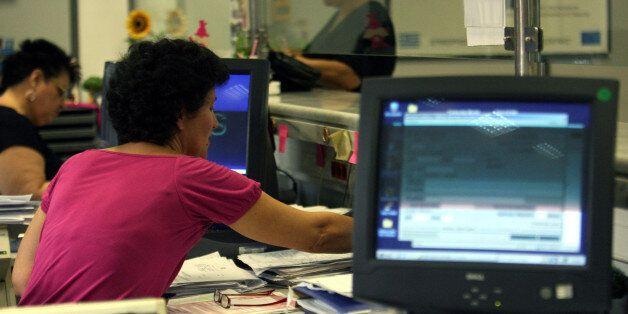 Οι δημόσιοι υπάλληλοι και πόσο κοστίζουν: Στα 15 δισ. το ετήσιο μισθολογικό τους