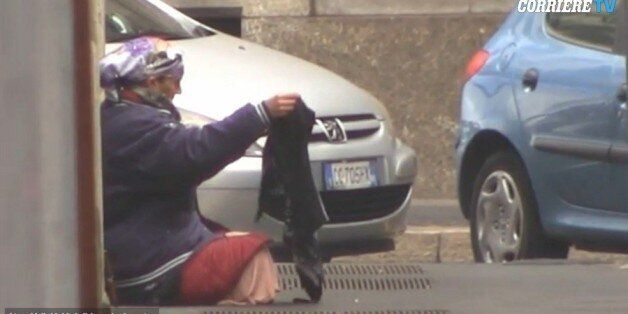 Ένα βίντεο αποκαλύπτει τα κόλπα των ζητιάνων για να ξεγελούν τους περαστικούς στο