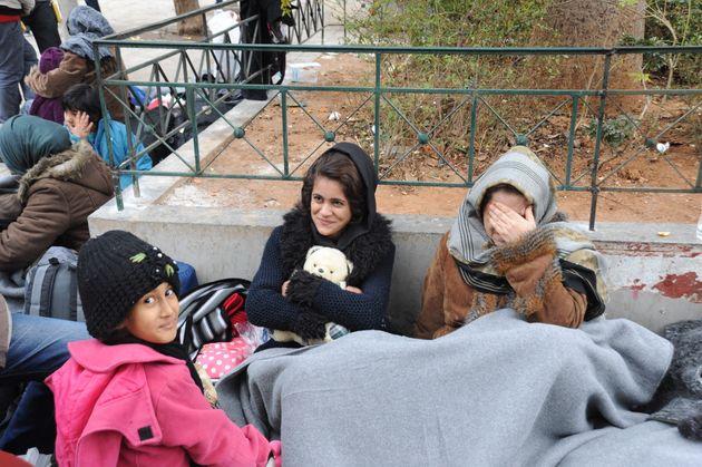 Στο έλεος της κακοκαιρίας οι μετανάστες στην πλατεία