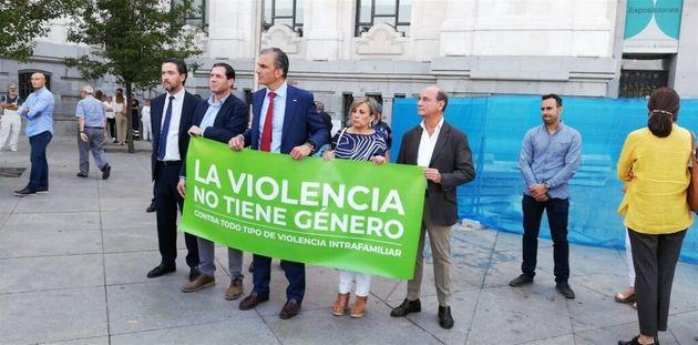 Miembros de Vox con la pancarta negando la violencia de