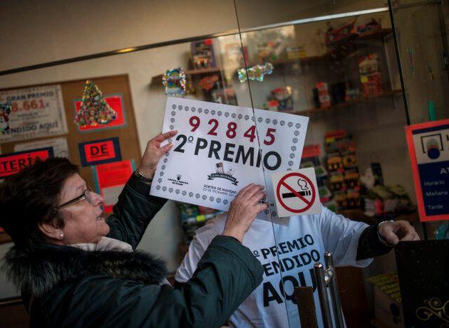 Οι Ισπανοί στον πυρετό του λαχείου El Gordo που μοιράζει 2,24 δισ.