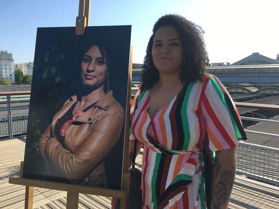 Luyara Franco, filha de Marielle, posa ao lado de foto de sua
