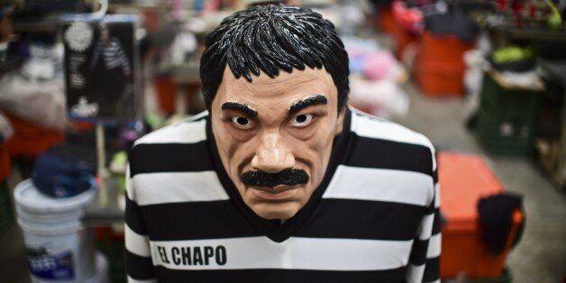 Κουστούμι και μάσκα που απεικονίζει τον Ελ Τσάπ οAFP PHOTO/RONALDO SCHEMIDT (Photo credit should read...