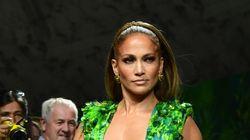 Jennifer Lopez enflamme le défilé Versace dans cette tenue inspirée de sa robe