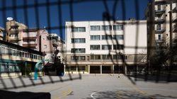 Αεροβόλο πιστόλι, φωτοβολίδες και καπνογόνα βρέθηκαν σε είσοδο δημοτικού σχολείου στην
