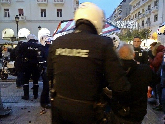 Όταν 13 αστυνομικοί συλλαμβάνουν ηλικιωμένο καστανά στη Θεσσαλονίκη που δεν αντέχει τη συγκίνηση και
