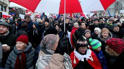 Πολωνία: Δεκάδες χιλιάδες άνθρωποι διαδήλωσαν εναντίον της