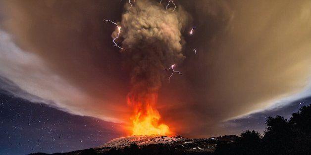 Η Αίτνα βρυχάται!Στάχτη και λάβα ξεχύνονται από το ηφαίστειο και το θέαμα είναι