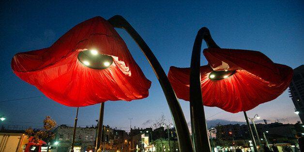 Στο κέντρο της Ιερουσαλήμ ανθίζουν τεράστιες φωτεινές τουλίπες ύψους 9