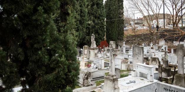 BBC: Οι Έλληνες αδυνατούν να κηδέψουν τους νεκρούς τους ή να πληρώσουν τα ενοίκια των τάφων