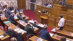 «Καφενείο» η Βουλή. «Αρπάχτηκαν» για τους καφέδες και τις