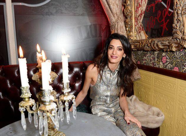 Η Amal Clooney έκλεψε τις εντυπώσεις με το ασημί μπλουζάκι