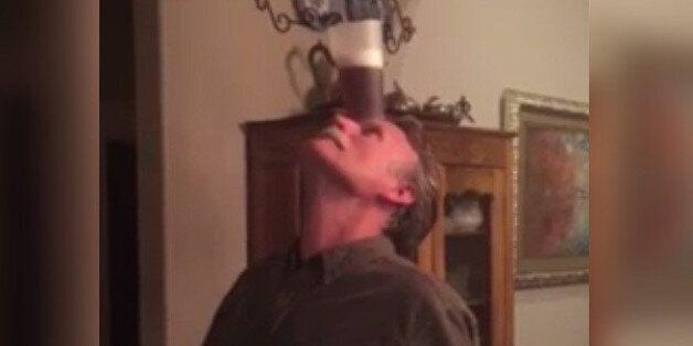 Αυτός ο 60χρονος το έκανε. Εσείς μπορείτε να πιείτε μια μπύρα χωρίς να χρησιμοποιήσετε τα χέρια