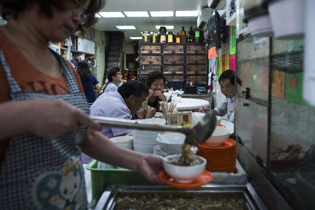 Έρχεται χειμώνας, ώρα για φιδόσουπα. Μια περιήγηση στα ξεχωριστά εστιατόρια του Χονγκ