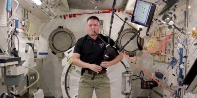 Ο αστροναύτης που κλέβει την παράσταση παίζοντας γκάιντα στο