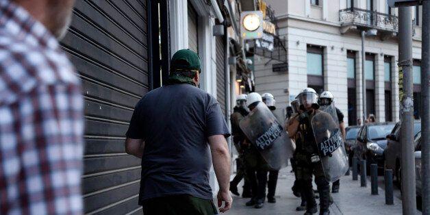 Επίθεση κουκουλοφόρων στα Εξάρχεια - Δύο αστυνομικοί ελαφρά