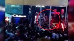 Πανικός σε club: Χορεύουν ξέφρενα όταν ξαφνικά καταρρέει το γυάλινο μπαλκόνι πάνω στο οποίο