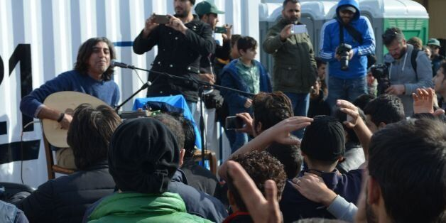Χιλιάδες πρόσφυγες συμμετείχαν σε μια συναισθηματικά φορτισμένη συναυλία στην