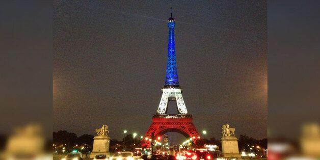 «Άναψε» ξανά ο Πύργος Άιφελ στα χρώματα της