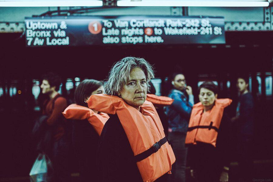 Γιατί μια ελληνίδα καλλιτέχνης κυκλοφορεί με ένα πορτοκαλί σωσίβιο στους δρόμους της Νέας