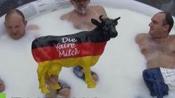 Στρασβούργο: Μπάνιο σε γάλα έκαναν Γάλλοι και Γερμανοί παραγωγοί διαμαρτυρόμενοι για τη χαμηλή τιμή του προϊόντος