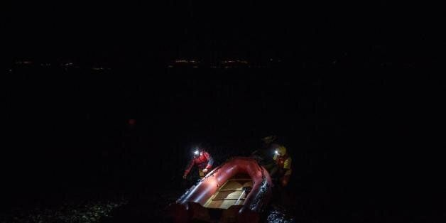 Νεκρό τρίχρονο προσφυγόπουλο στην Χίο. Διακινητής πέταξε 20 πρόσφυγες στην θάλασσα για να